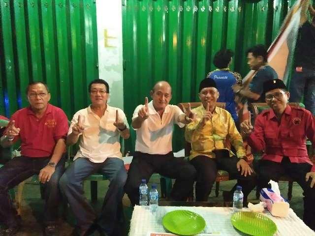 Ketua Yayasan Budi Bhakti Palopo, Benny Wijaya bersama Yapto dan sesepuh masyarakat etnis Tionghoa Palopo mengikuti kampanye dialogis pasangan JUARA di Keluraha Batupasi, Senin (30/4/2018) malam lalu.