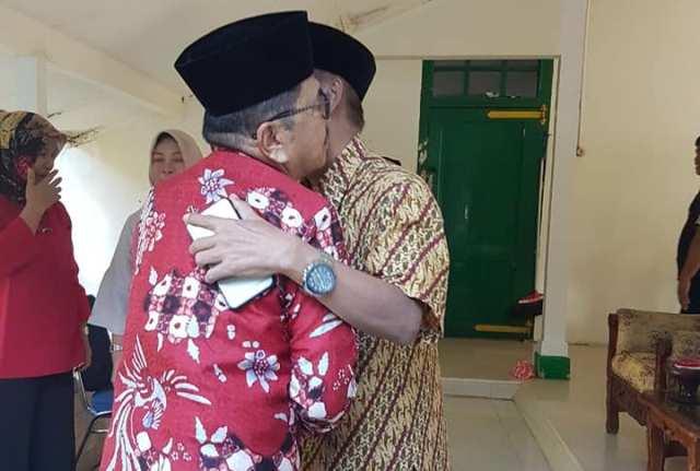 HM Judas Amir berpelukan dengan Datu Luwu, Andi Maradang Mackulau Opu To Bau, di Istana Kedatuan Luwu. (ft/ist)