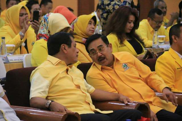 Irjen Pol (Purnawirawan) Burhanuddin Andi bersama Nurdin Halid di sela Workshop dan Orientasi Fungsionaris Golkar Sulsel, Rabu (2/5) lalu.