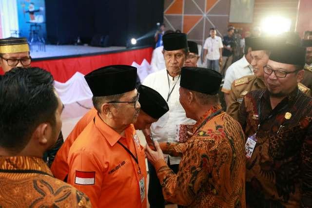 Pasangan JUARA, HM Judas Amir-Rahmat Masri Bandaso menyalami Datu Luwu, Andi Maradang Mackulau Opu To Bau usai debat kandidat di Gedung SCC Palopo, Selasa (8/5/2018) sore lalu. (ft/ist)
