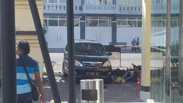 Setelah tiga serangan bom bunuh diri pada Minggu (13/5/2018), ganti Mapolrestabes Surabaya di Jalan Sikatan Surabaya menjadi sasaran serangan bom Senin (14/5/2018) pukul 08.50 WIB.