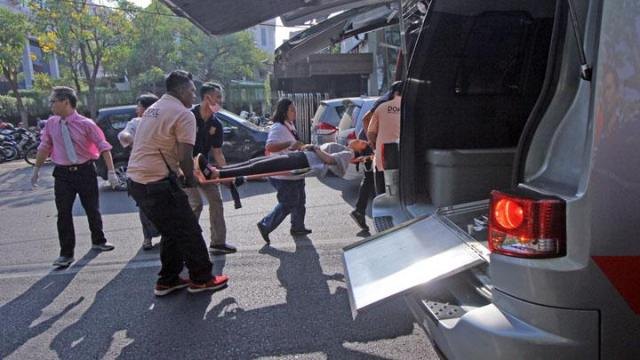 Petugas mengevakuasi korban di lokasi ledakan bom di Gereja Kristen Indonesia, Jalan Diponegoro, Surabaya