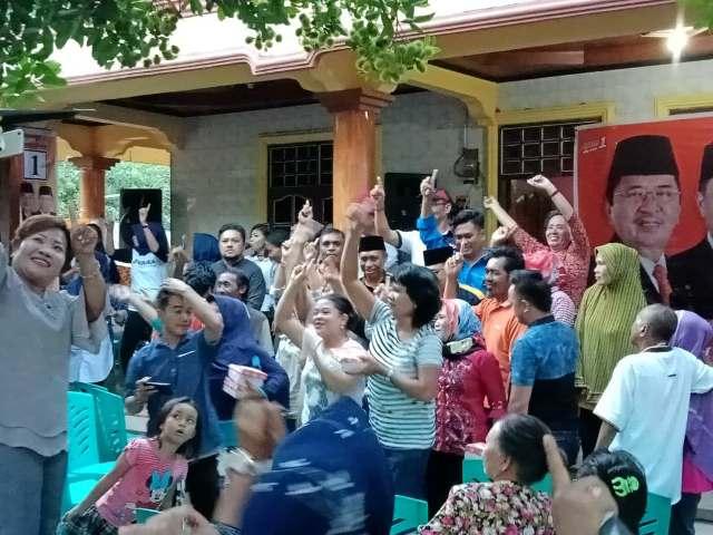 Ratusan warga di Kelurahan Tobulung, Kecamatan Bara, Kota Palopo, Minggu (6/5/2018), sore tadi, menghadiri kampanye dialogis pasangan HM Judas Amir dan Rahmat Masri Bandaso (JUARA). Sebagian besar yang hadir adalah ibu-ibu rumah tangga.