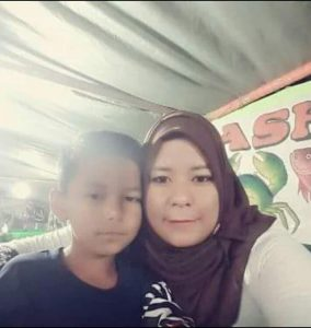 Foto Almarhumah Hasniar bersama putranya, Alm. Muh Nur Ikhsan. (ft/ist)