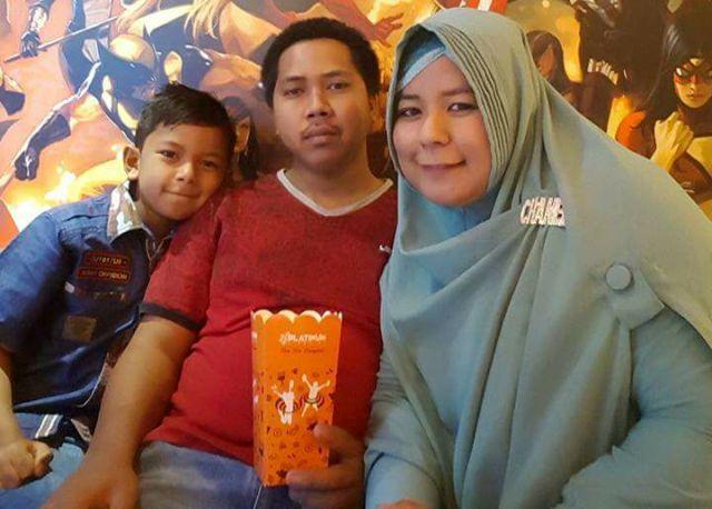 Foto sekeluarga Almarhumah Hasniar bersama suaminya, Iqbal, dan alm. anaknya, Muh Nur Ikhsan. (ft/ist)