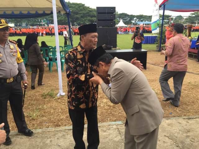 Judas Amir dalam kapasitasnya sebagai Walikota Palopo menyambut Datu Luwu dengan mencium tangan Datu Luwu disaksikan ribuan warga Kota Palopo, termasuk unsur Forum Koordinasi Pimpinan Daerah, saat deklarasi relawan anti narkoba dan radikalisme di Kota Palopo, di Stadion Lagaligo beberapa waktu lalu.(ft/ist)