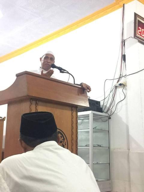 Rahmat Masri Bandaso saat menyampaikan ceramah tarwih di Masjid Jannatul Mawa