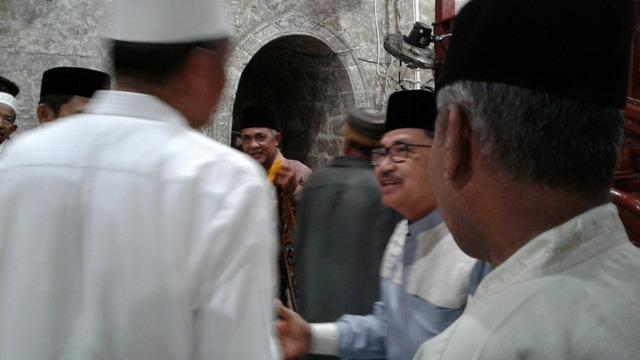 HM Judas Amir berjabat tangan dengan sejumlah jemaah Masjid Djami Palopo