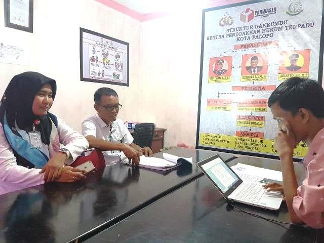 Direktur Umum dan Keuangan PAM TM Palopo, Andi Maryam, bersama Sekretaris Perusahaan PAM TM Palopo, Soenandar Latief memberikan keterangan di Panwaslu Palopo, Rabu (9/5/2018).