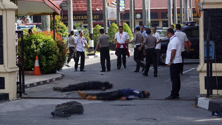 Aparat Kepolisian di Polda Riau menembak mati empat terduga teroris yang ikut menyerang Mapolda Riau ditembak mati anggota Polri, Rabu (15/52018) pagi. Sedangkan, dalam insiden ini, seorang anggota polisi berpangkat Ipda ikut tewas, dan seorang wartawan TV nasional luka-luka.