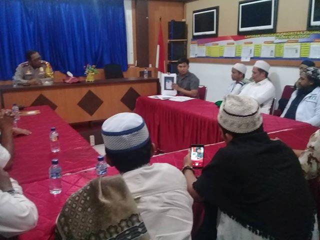 Kapolres Palopo AKBP Taswin didampingi Kasat Reskrim Polres Palopo, AKP Ardy Yusuf saat menerima rombongan FPI Luwu Raya di Mapolres Palopo.