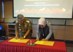 Bupati Luwu Timur HM. Thorig Husler dan Rektor Unhas, Prof. Dwia Aries Tina Palubuhu, MA, menandatangani MoU di lantai 8 Gedung Rektorat Unhas, Makassar, Kamis (05/07/2018) lalu.
