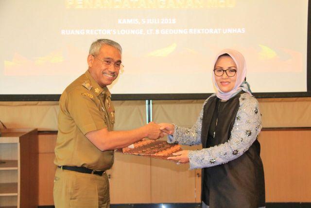 Bupati Luwu Timur HM. Thorig Husler dan Rektor Unhas, Prof. Dwia Aries Tina Palubuhu, MA, menyerahkan MoU kerjasama di lantai 8 Gedung Rektorat Unhas, Makassar, Kamis (05/07/2018) lalu.