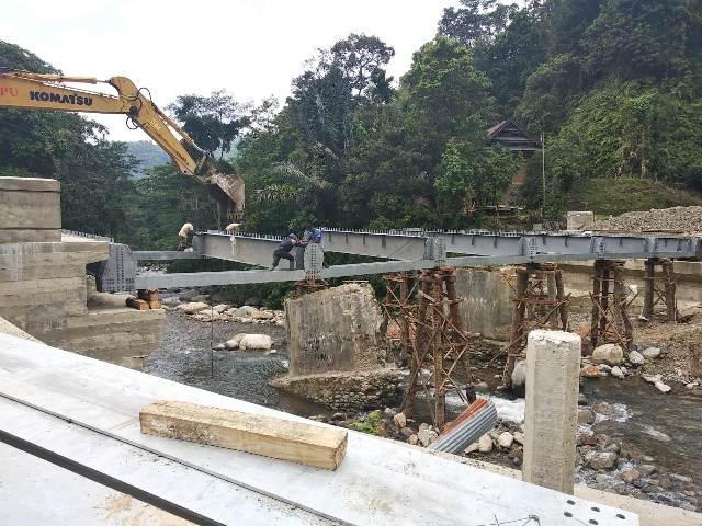 Pengerjaan Jembatan Latuppa yang menghubungkan Kota Palopo dan wilayah Bastem, Kabupaten Luwu, Provinsi Sulsel, terus digenjot. Saat ini, proyek milik Pemkot Palopo ini sudah memasuki tahap pemasangan rangka baja.