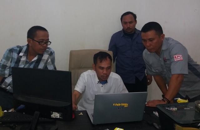 KPU Luwu saat melakukan monitorung sekretariat Partai Golkar Luwu