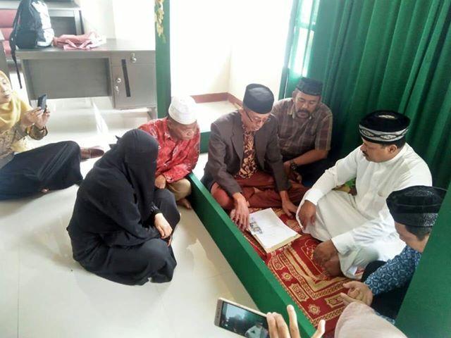 Wanita asal Desa Abbumpungeng, Kecamatan Cina, Kabupaten Bone, bernama Rismawati bin Alimudin (32) ini sangat berbahagia. Dia dipersunting pria asal Arab Saudi bernama Al Qadheeb Shakeer Tahir (48). Akad nikah dua mempelai ini digelar di kantor KUA Kecamatan Cina, Kamis 27 Juli 2018