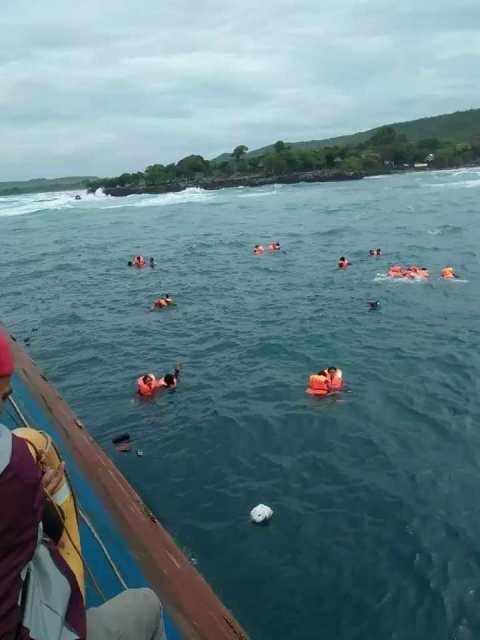 para penumpang ditolong KMP Bontoharu yang juga tengah berlayar di sekitar lokasi tenggelamnya KM Lestari Maju.
