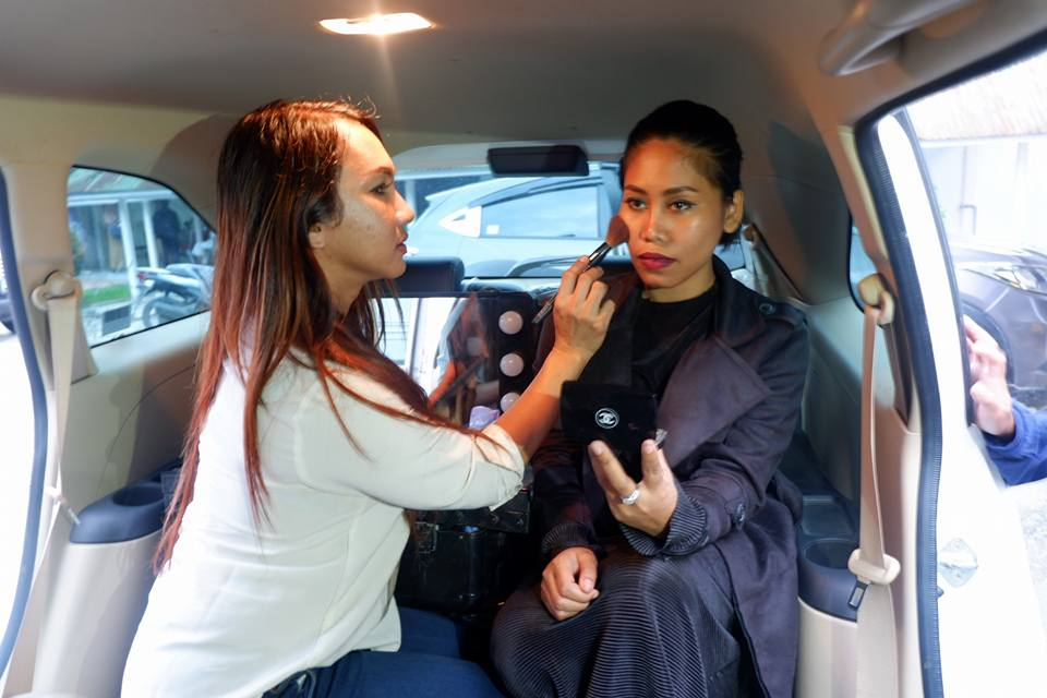 Evi Masamba tengah di make-up oleh Ica Veronica