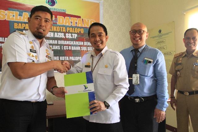 Andi Arwien menyerahkan secara simbolis bantuan CSR dari Bank Sulselbar kepada Direktur RSUD Sawerigading.