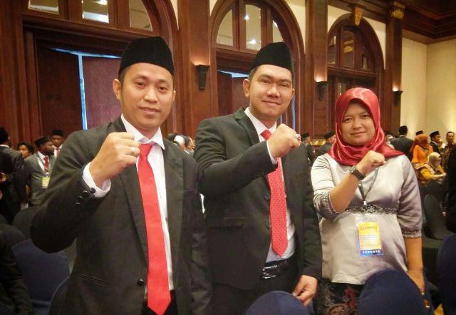 Tiga komisioner Bawaslu Luwu berfoto bersama usai pelantikan di Jakarta