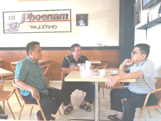 Walikota Palopo terpilih periode 2018/2023, HM Juda Amir, berbincang-bincang dengan komisaris PT Niviron Manunggal Makassar sebagai pengelola City Market Palopo, Luis Chandra, dan Direktur KORAN SeruYA, Chaerul Baderu, saat ngopi di Warkop Phoenam, City Market Palopo.