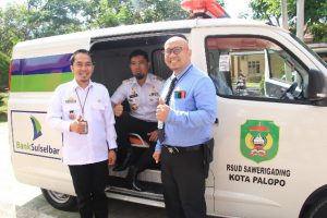 Direktur RSUD Sawerigading, dr Nasaruddin Nawir, Andi Arwien dan Andi Mulyadi foto bersama dengan mobil ambulance bantuan CSR Bank Sulselbar Palopo.