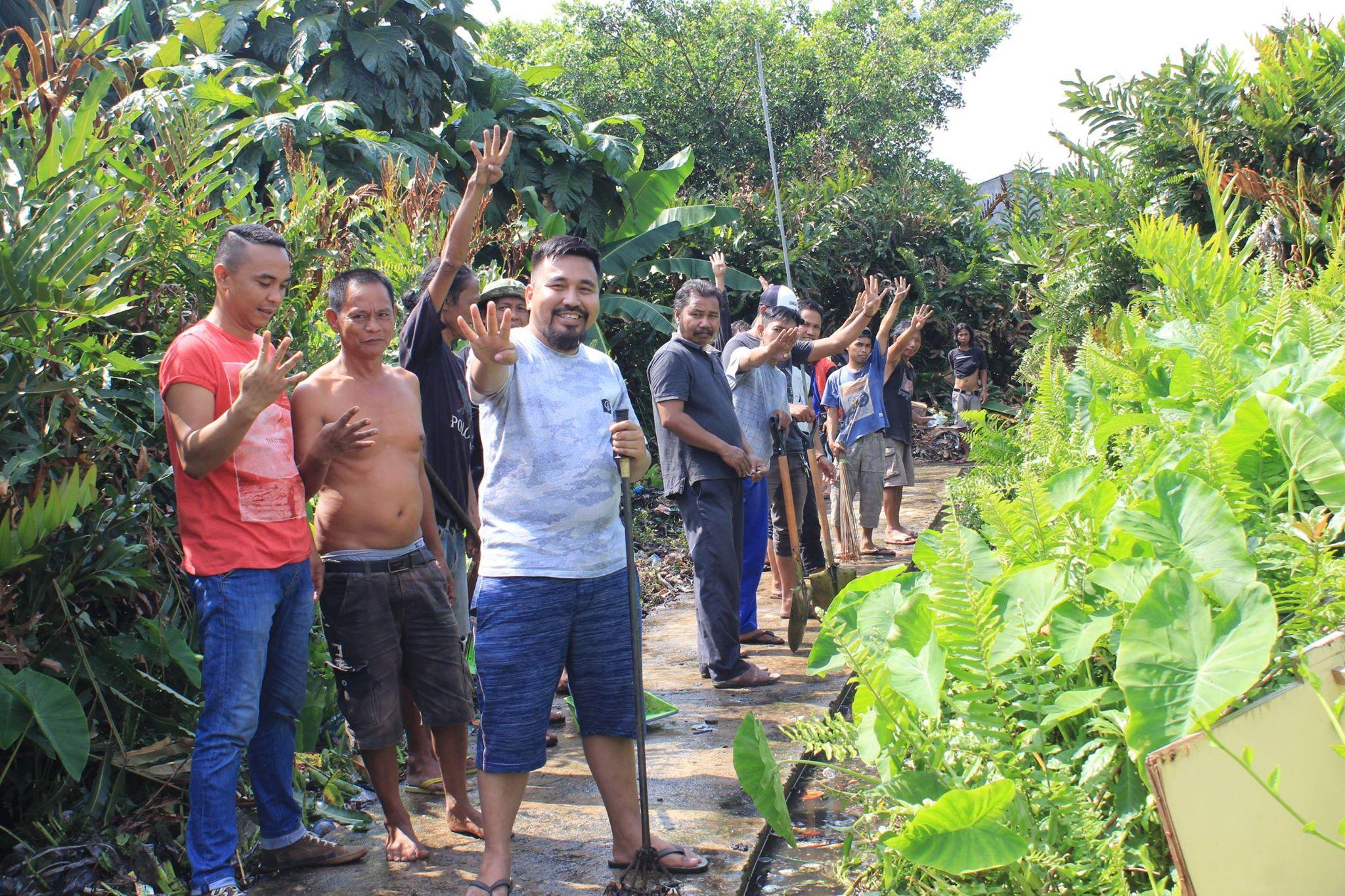 Irpan Pahri Putra bersama warga membersihkan lingkungan