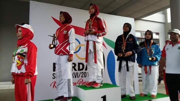 Asriani saat penyerahan medali