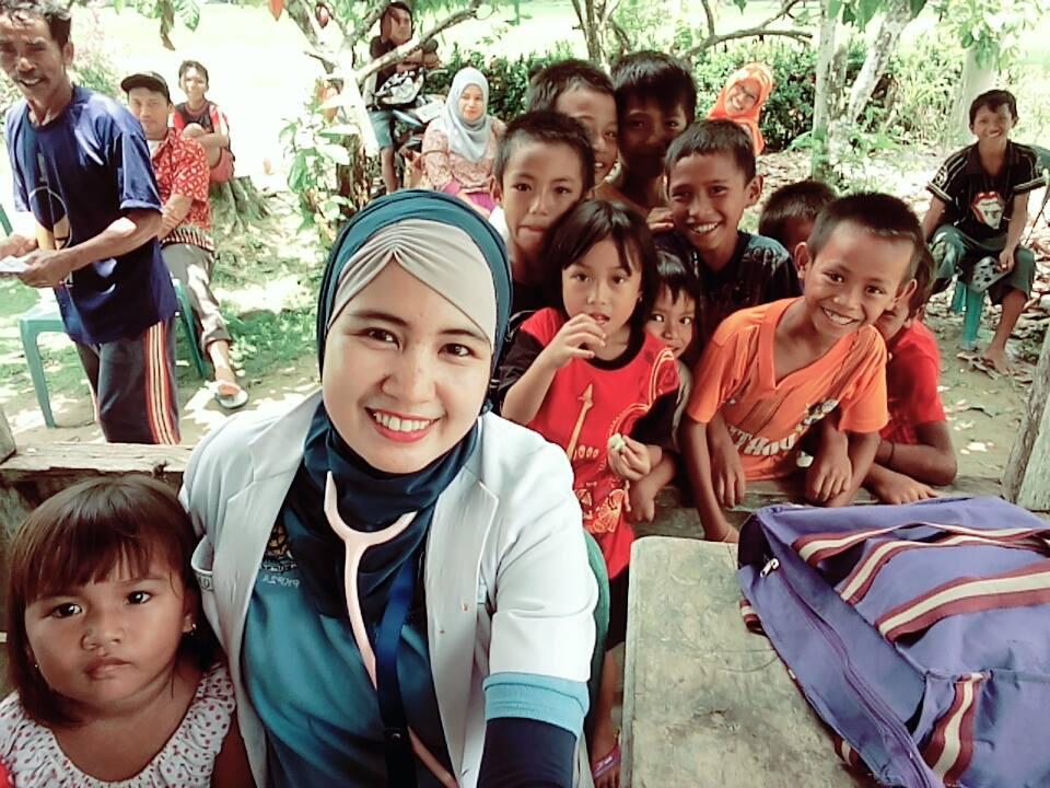 Widy bersama anak-anak di Kecamatan Rampi saat bertugas