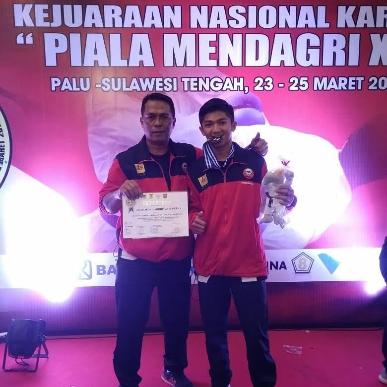 Ardhiyat bersama ayahnya pada salah satu kejuaraan Karate