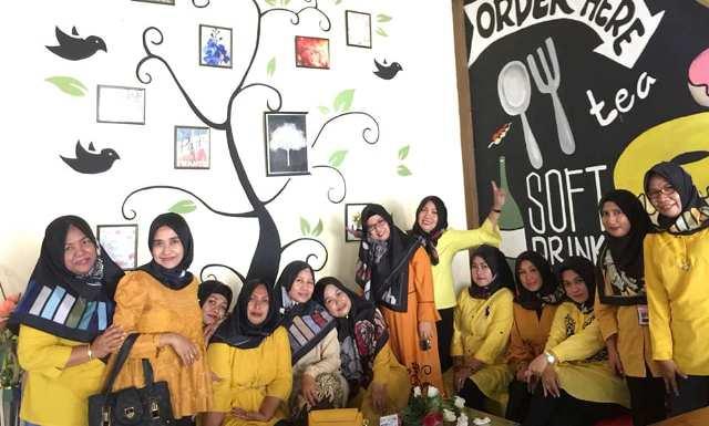 Salah satu kelompok ibu-ibu mengadakan arisan di Cafe SeruYA