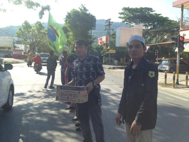 Kasat Intelkam Polres Palopo, AKP H. Andi Yusuf, ikut berbaur bersama mahasiswa menggalang dana peduli korban gempa dan tsunami di Palu dan Donggala, di Jalan DR Ratulangi, Sabtu (29/9/2018)-- foto istimewa--