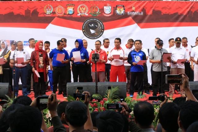 "Gubernur Sulawesi Selatan (Sulsel), Nurdin Abdullah ikut menunjukkan dukungannya terhadap Pemilu aman, damai dan sejuk dalam ""Deklarasi Pemilu 2019 yang Aman, Damai dan Sejuk"" di Anjungan Pantai Losari, Minggu (16/9). Deklarasi ini diikuti oleh 16 partai peserta pemilu."