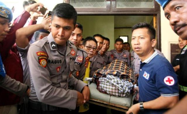 Jenazah Almarhum Bripda Muhammad Fathurahman Ismail di RS Bhayangkara saat akan dibawa ke rumah duka, Senin (3/9/2018). (Foto: Wayan Sukanta/SULTRAKINI.COM)