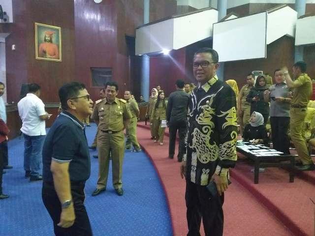 Gubernur Sulawesi Selatan, Nurdin Abdullah bercanda bersama HM Judas Amir sebelum geladi pelantikan empat kepala daerah diadakan di Baruga AP Pettarani, Unhas, Selasa (25/9/2018).