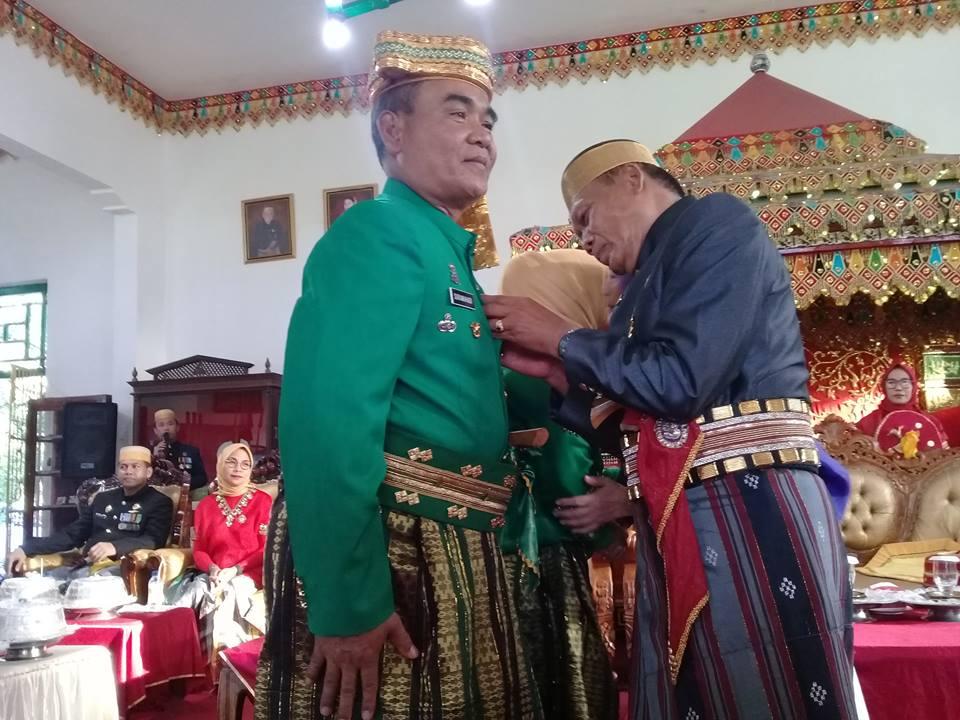 Datu Luwu saat menyematkan pin Kedatuan Luwu kepada Pangdam XIV Hasanuddin