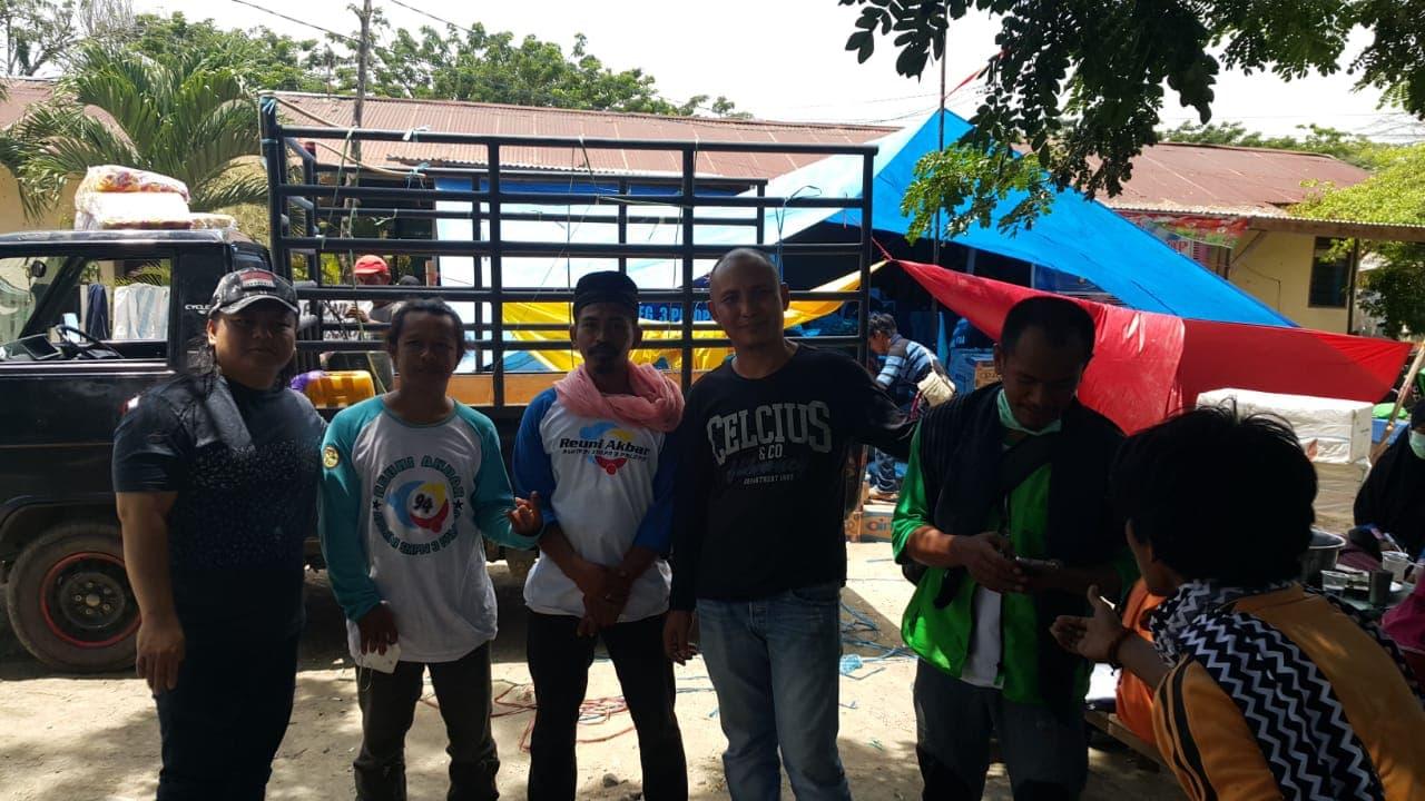 HR Ridwan bersama timnya saat memberikan bantuan di lokasi gempa, Palu