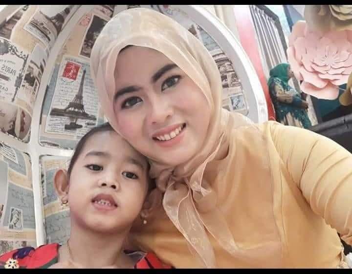 Nur Eka bersama anaknya