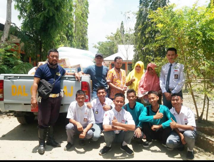 Petugas dari Dishub Luwu yang menjemput logistik di SMAN 5 Luwu