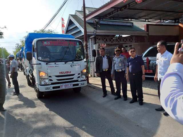 -Walikota Palopo, HM Judas Amir, Rabu (3/10/2018), pagi tadi, melepas keberangkatan 10 truk berisi sembako dan logistik lainnya untuk bantuan bagi korban gempa dan tsunami di Palu dan Donggala, Provinsi Sulawesi Tengah.