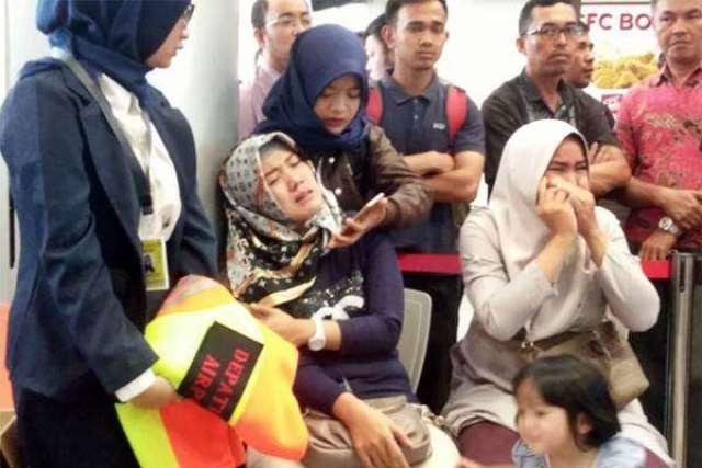 Keluarga menunggu kedatangan pesawat Lion Air dengan nomor penerbangan JT 610 rute Jakarta menuju Pangkal Pinang di bandara Depati Amir, Pangkal Pinang, Bangka Belitung, Senin (29/10/2018). Kepala Kantor SAR Pangkal Pinang Danang Pandu membenarkan hilangnya kontak dengan pesawat Lion Air tersebut. ANTARA FOTO/Elza Elvia