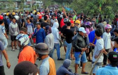 Bentrokan yang terjadi antara penduduk asli dengan warga Toraja di Bahodopi, Sulawesi Tengah.