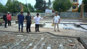 Walikota Palopo, HM Judas Amir meninjau pengerjaan proyek pembangunan Taman Masjid Agung Luwu Palopo, Jumat (12/10/2018) pagi tadi, pukul 09:00 Wita. Saat peninjauan, Judas Amir sempat berbincang-bincang dengan pekerja proyek senilai Rp5 miliar dari APBD Palopo 2018.