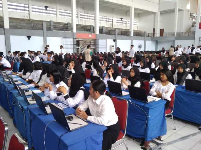 Suasana tes seleksi kompensi dasar (SKD) pelamar CPNS di Gedung Kesenian Palopo