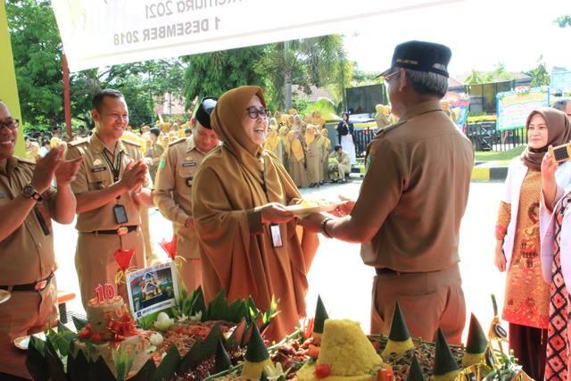 Direktur RSUD I Lagaligo Wotu, dr Rosmini Pandin menyerahkan potongan nasi tumpeng kepada Bupati Lutim, HM Thoriq Husler, di acara peringatan satu dasawarsa RSUD I Lagaligo