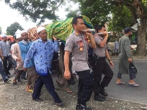 Kapolres Luwu Utara, AKBP Boy F Samola mengangkat tandu jenazah
