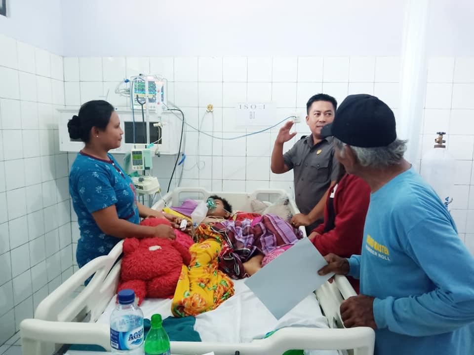 Anggota DPRD Luwu Utara, Rudi Hartono menjenguk Destha saat masih dirawat di RSUD Andi Djemma Masamba, Selasa, sore.