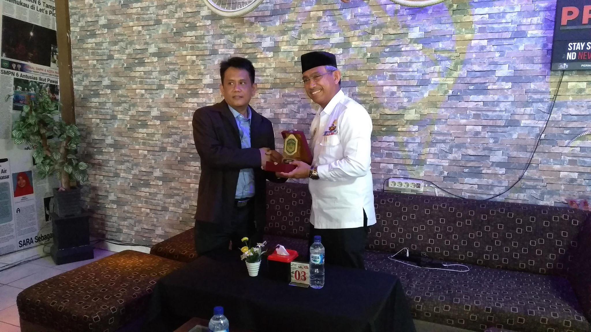Bupati Luwu Timur, HM Thoriq Husler memberikan cinderamata kepada Direktur Koran SeruYA, Chaerul Baderu