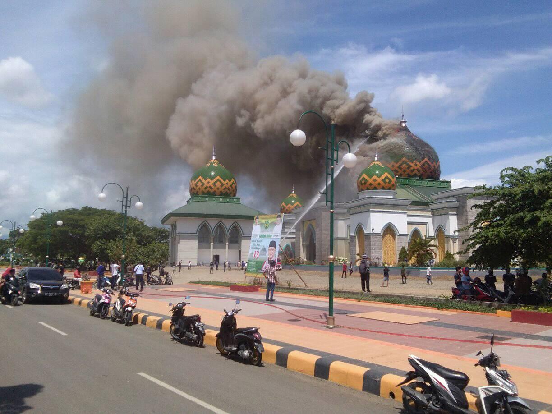 Masjid Agung Belopa Kabupaten Luwu terbakar, Selasa ( 29/01/2019). Api pertama kali terlihat membakar bagian tengah kubah masjid.