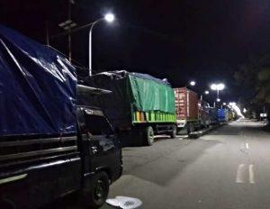 Arus lalu lintas di Jalan Poros Maros-Pangkep, Sulawesi Selatan, masih lumpuh, Rabu (23/1/2019). Banjir masih menggenangi Jalan Poros Maros-Pangkep sedalam hingga dada orang dewasa akibat luapan air dari Sungai Maros sejak Selasa (22/1/2019) malam.